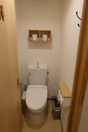 Common bathroom has 3 toilets